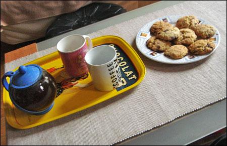 une assiette de cookies chauds et deux tasses de thé